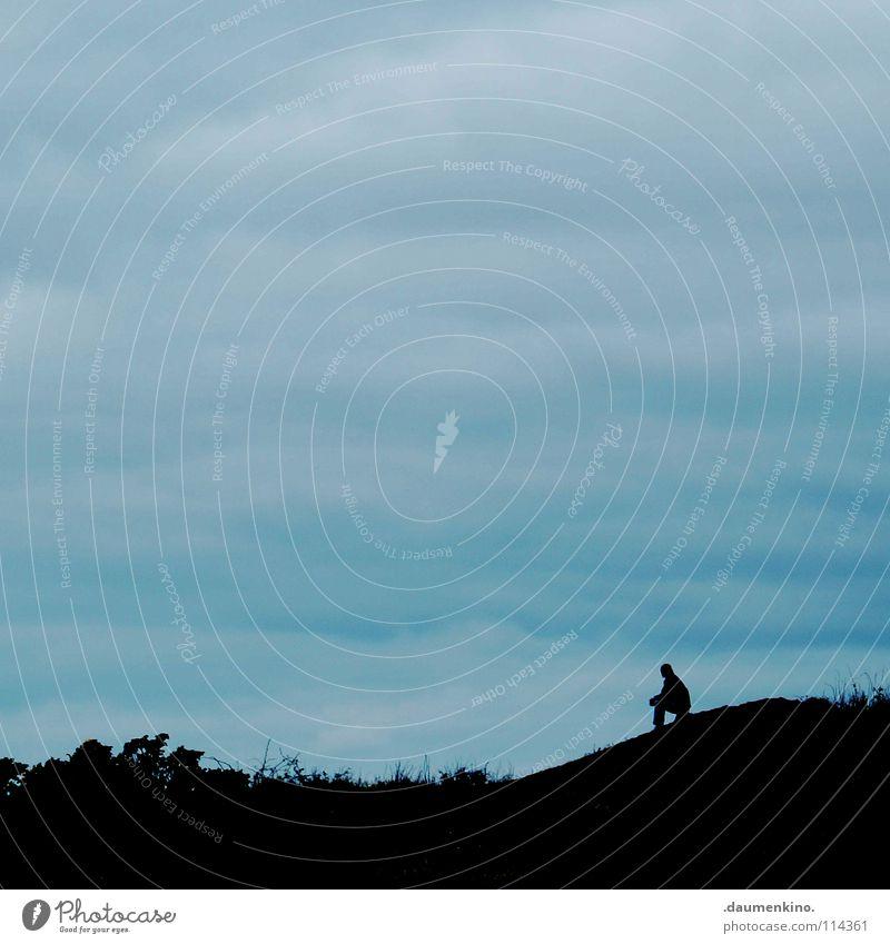 glaube nicht alles, was du denkst! Mensch Himmel Mann Einsamkeit Wolken ruhig Ferne Traurigkeit Wiese Gras Denken Zeit Erde Kraft sitzen Sträucher