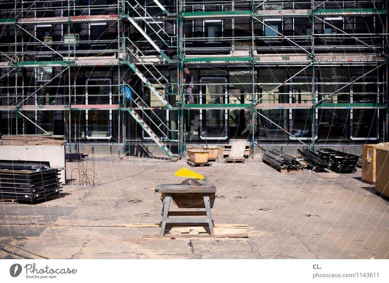 ab an die säge Arbeit & Erwerbstätigkeit Beruf Handwerker Arbeitsplatz Baustelle Wirtschaft Feierabend Schönes Wetter Gebäude Architektur Baugerüst Säge bauen
