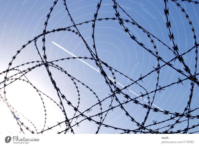 Grenzenlos! Himmel blau Freizeit & Hobby Flugzeug Zaun Grenze Flughafen Draht Limit Stacheldraht Kondensstreifen