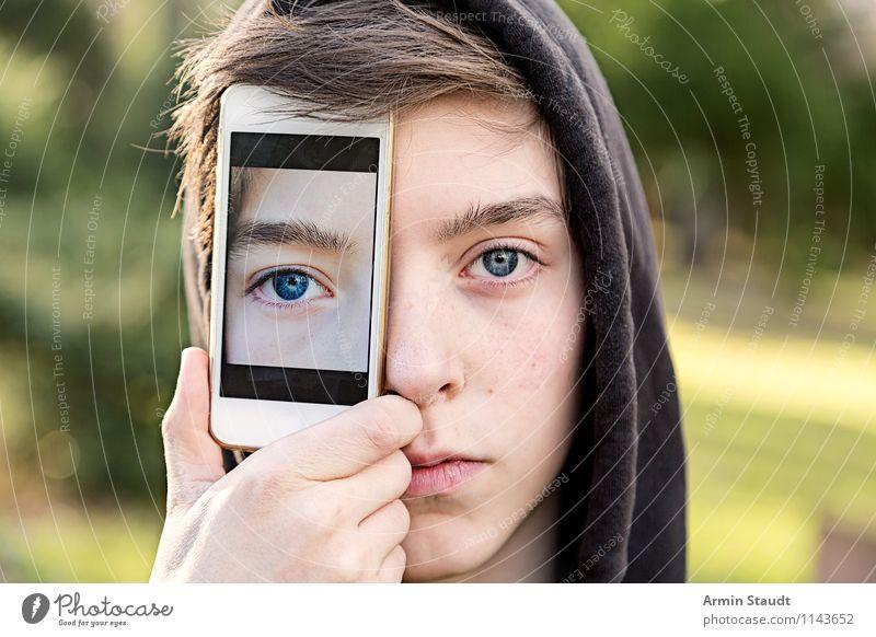 Junger Mann hält sich Handy vors Auge mit einem Foto von seinem Auge Lifestyle Stil Design Technik & Technologie Telekommunikation Mensch maskulin Jugendliche