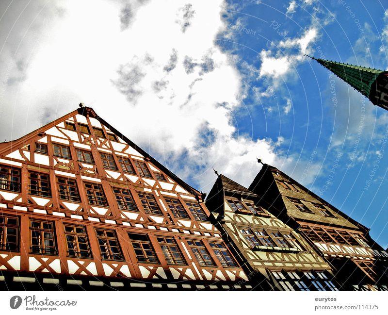 Häuserwand. alt Himmel weiß blau Haus Wolken Fenster Spitze Handwerk historisch Frankfurt am Main Kirchturm Römerberg Fachwerkfassade