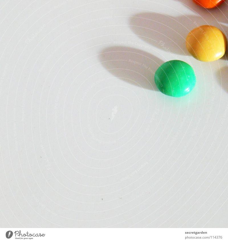 aus der sofaritze rausgefischt.... Schokolade Schokolinsen rot gelb grün Überzug Zucker dünn Süßwaren weiß Tisch mehrfarbig Ernährung Pause klein Erinnerung