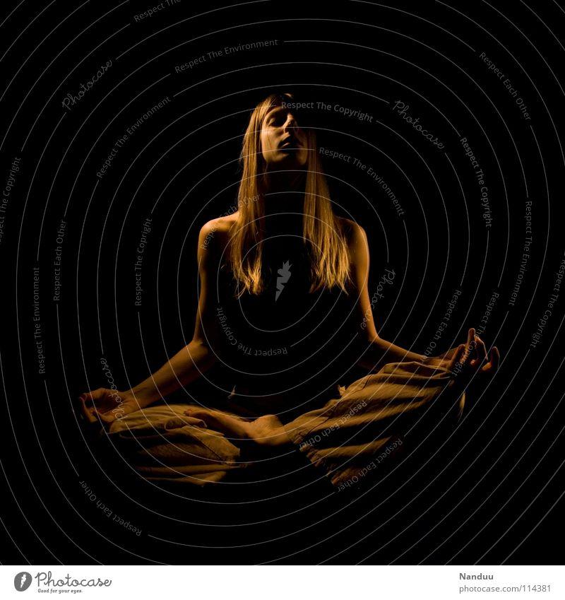 ans Licht Frau dunkel Vergänglichkeit Ende Frieden Ewigkeit Konzentration Gebet Meditation Schweben Wahrheit