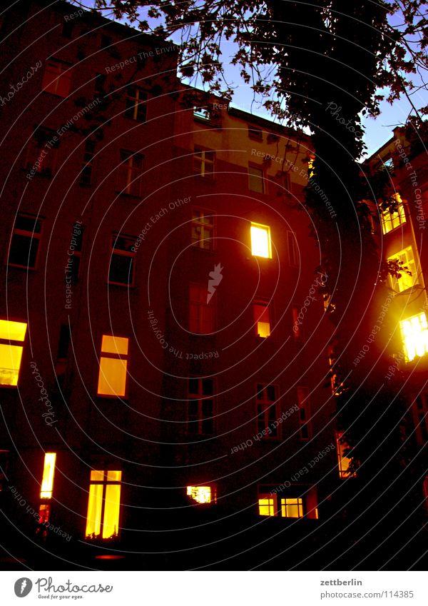 Adventskalender Haus Berlin Fenster Nacht Häusliches Leben Abendessen erleuchten Hinterhof Plattenbau Nachbar Erkenntnis Stadthaus privat Innenhof