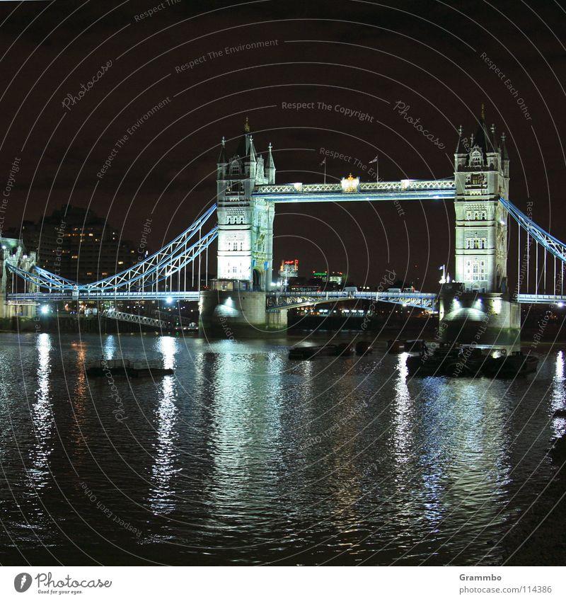 Tower Bridge in kaltem Licht London Themse Nacht dunkel Städtereise Ausflug Spaziergang Stadt Europa König Wasserfahrzeug Ferien & Urlaub & Reisen gehen