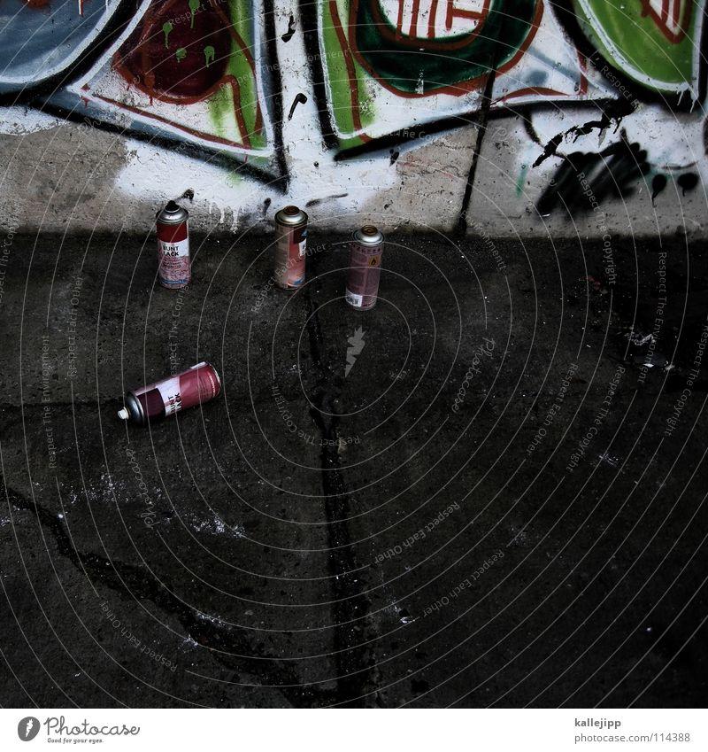 drei gegen einen klecksen Schweinerei Alkoholisiert Wand Beton Zukunft Filmindustrie Absturz stoppen beschmutzen Skandal Funktechnik Sprechgesang Spray