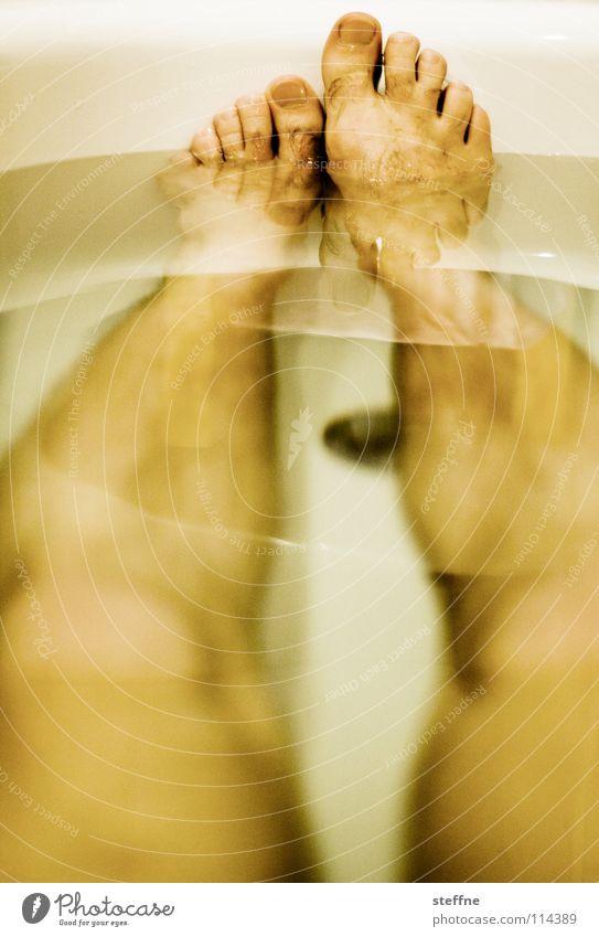 TO NEHM EIN BAD Bad Badewanne Erholung ausschalten Physik gemütlich Keramik Reinigen Sauberkeit Knie Zehen Feierabend Wochenende sich etwas gönnen weiß gelb