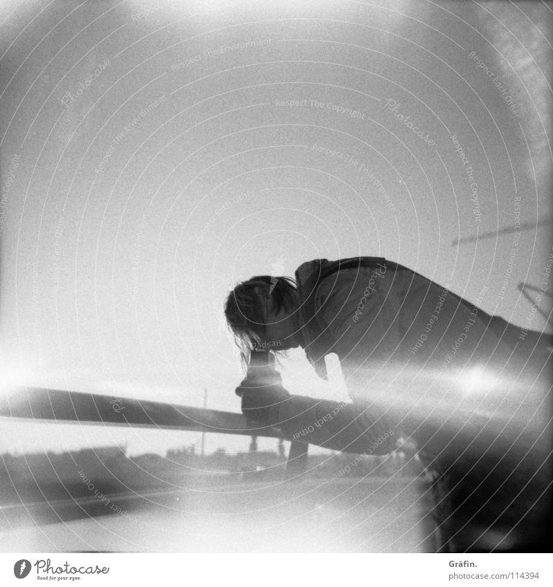 """bei der """"Arbeit"""" Selbstportrait Fotografieren Lichteinfall Hafencity Oktober Kran Gebäude Baustelle Handschuhe schießen Konzentration Lomografie"""