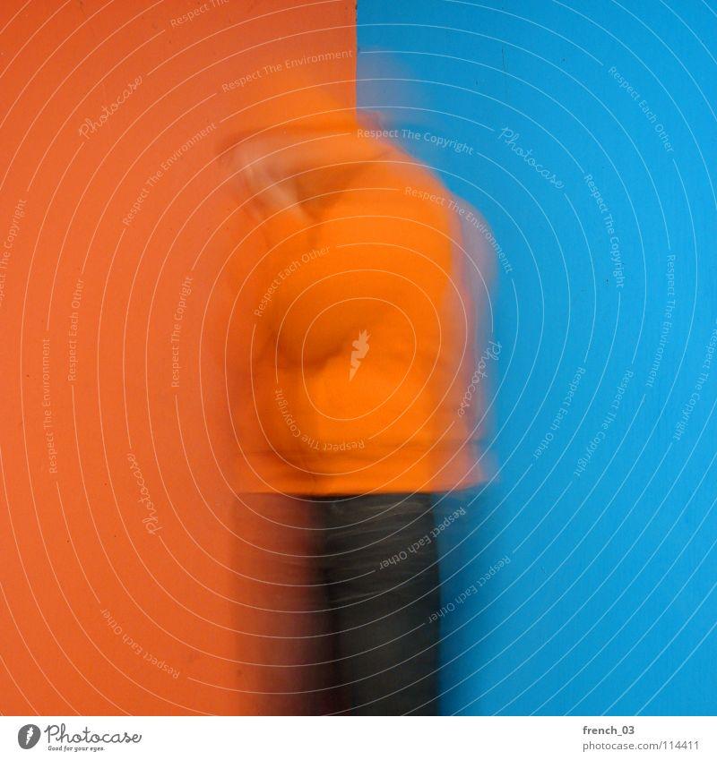 Verwirrter Westendgirl Mensch Mann blau Farbe Wand Mauer Traurigkeit See Linie orange maskulin Perspektive Trauer Jeanshose Falte Hose