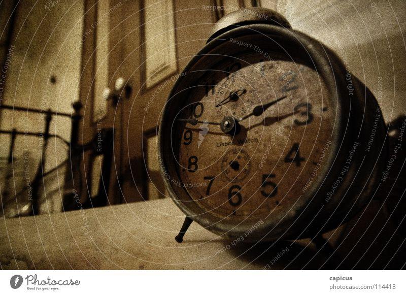 Time Makroaufnahme Nahaufnahme Schlafzimmer verfallen Trauer Verzweiflung old rusty watch age grain clock numbers abandoned inside indoors