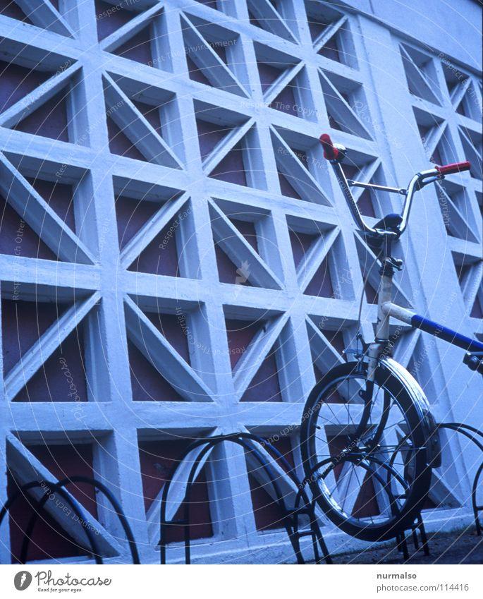 mini - Stopp weiß rot Wand Freiheit Mauer Freizeit & Hobby Fahrrad Geschwindigkeit Baustelle stoppen Mitte Burg oder Schloss Verkehrswege Eingang DDR trendy