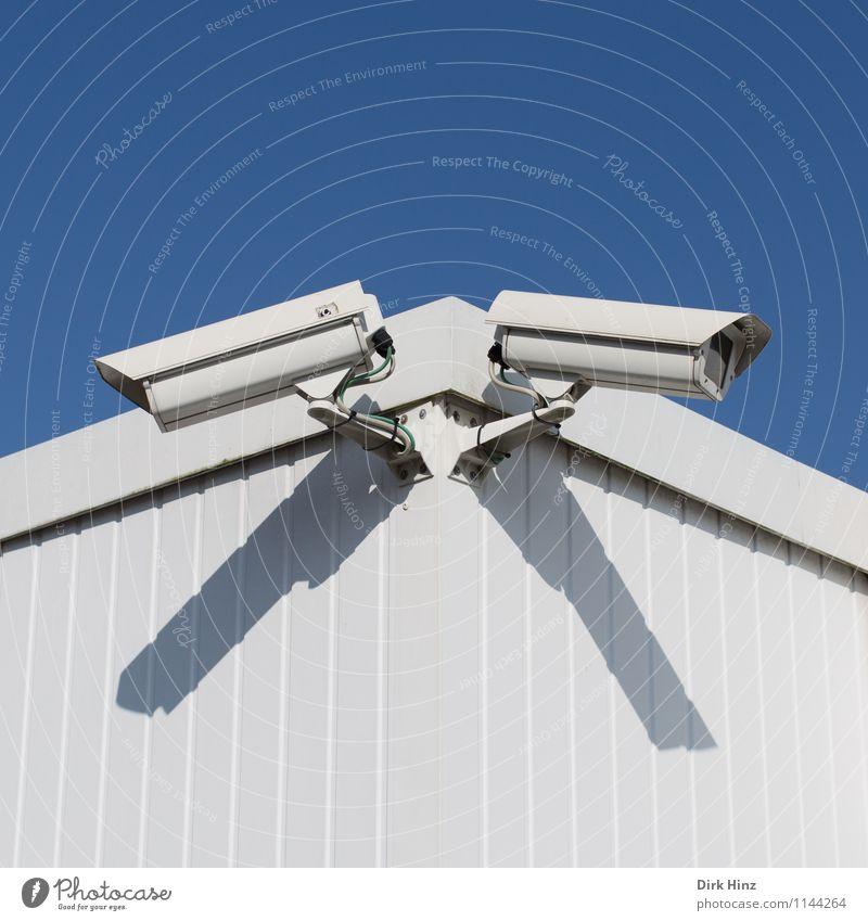 Kontrolle. blau weiß Wand Mauer Technik & Technologie Zukunft beobachten bedrohlich planen Schutz Sicherheit Kabel Netzwerk Risiko Zukunftsangst Vertrauen