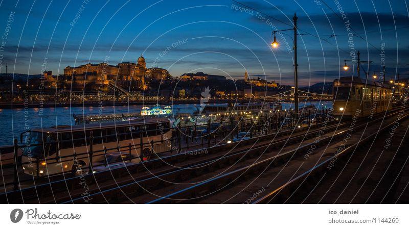 Budapest bei Nacht Ferien & Urlaub & Reisen Gebäude Lifestyle Tourismus Ausflug Europa Burg oder Schloss Skyline Hauptstadt Wahrzeichen Verkehrswege Stadtzentrum Sehenswürdigkeit Reichtum Sightseeing Nostalgie