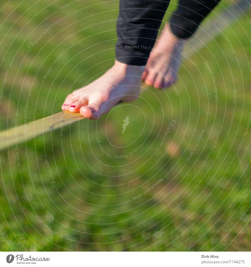 Slackline II 1 Mensch grün Beine Fuß Gleichgewicht schmal schwierig Zufriedenheit Konzentration Barfuß Wiese Sport Seil Seiltänzer trendy Turnen Sommer