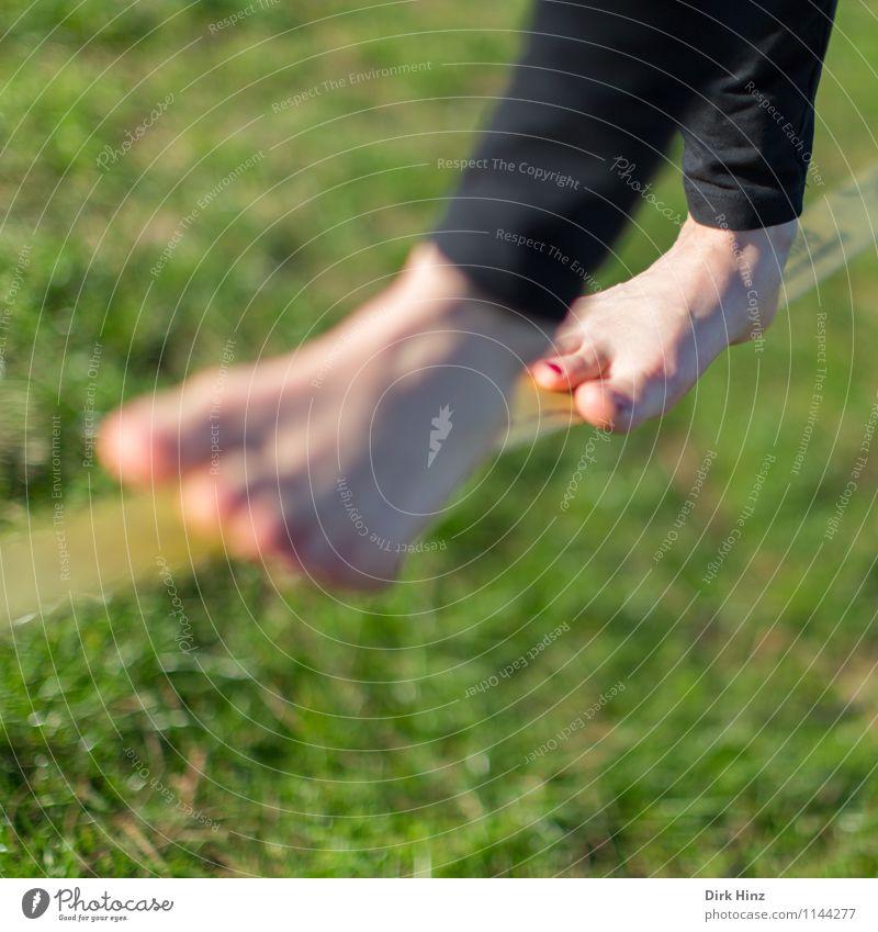Slackline III Mensch Ferien & Urlaub & Reisen grün Sommer 18-30 Jahre Bewegung Gesundheit Beine Fuß Zufriedenheit einzigartig Seil sportlich Konzentration