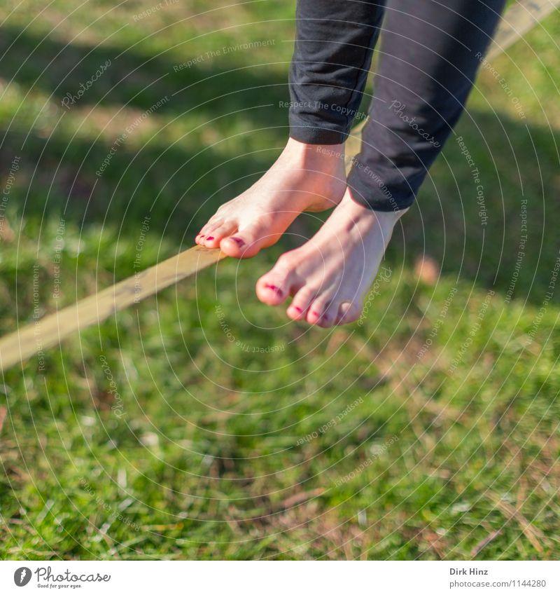 Slackline I Frau Erwachsene Beine Fuß 1 Mensch grün schwarz Gleichgewicht schmal schwierig Zufriedenheit Konzentration Barfuß Sport Bewegung Seil Seiltänzer