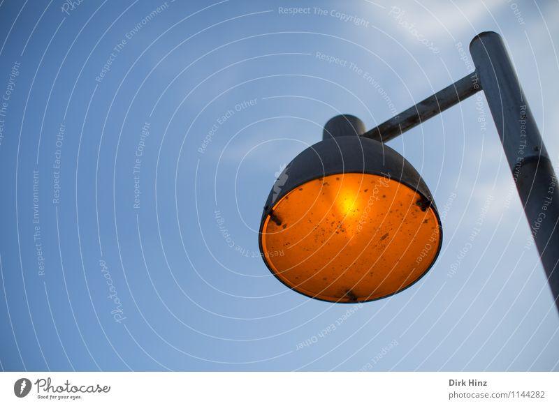Leuchte Himmel Stadt alt blau Beleuchtung Lampe hell Energiewirtschaft orange dreckig hoch Technik & Technologie Elektrizität retro rund