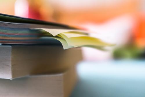 Zettelwirtschaft Denken Zeit Schule Lifestyle Beginn Kreativität Buch lernen Studium Idee Papier Zeichen lesen Neugier Bildung Information
