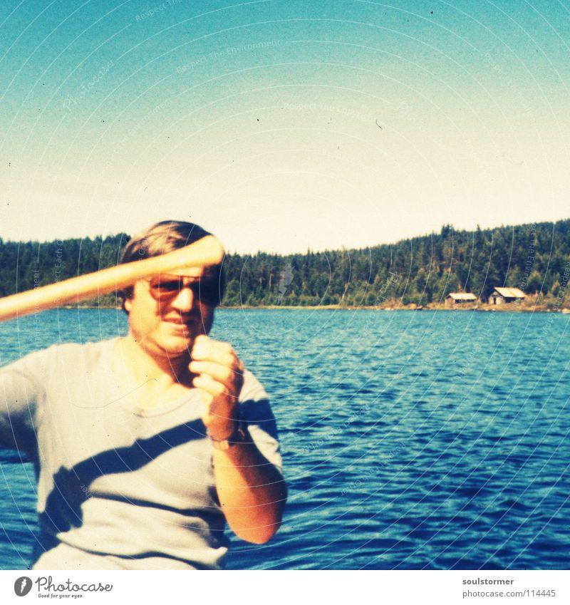 Paps kommt in Schweiß! Mensch Himmel Mann blau grün Baum Sonne See Wasserfahrzeug Insel fahren Vergangenheit Kanu anstrengen Sonnenbrille Norwegen