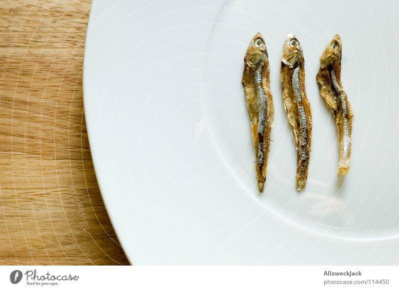 Drei Engel für Charly 3 Trockenfisch Katzenfutter Diät zählen trocknen Delikatesse Feinschmecker Meeresfrüchte Teller Holz Schneidebrett Gastronomie