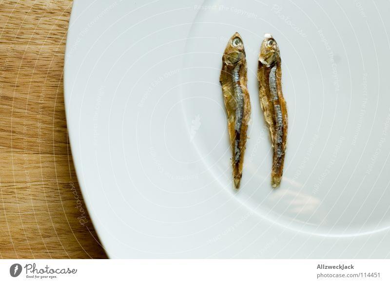Das doppelte Sprottchen 2 Trockenfisch Katzenfutter Diät zählen trocknen Delikatesse Feinschmecker Meeresfrüchte Teller Holz Schneidebrett Einsamkeit