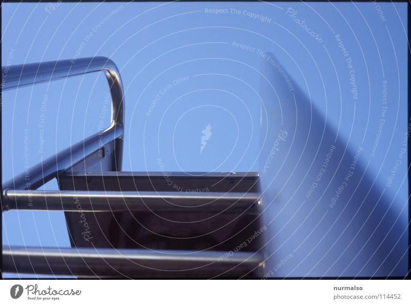 Aufstieg blau Wasser Sommer Spielen springen Eis Angst Freizeit & Hobby glänzend Treppe hoch modern Sicherheit Schwimmbad Klettern einfach