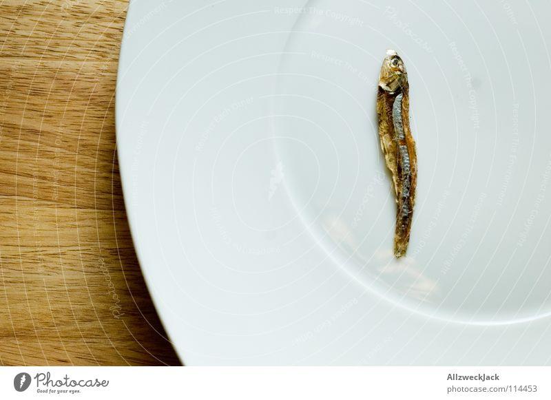 Last Man standing Trockenfisch Katzenfutter Diät zählen trocknen Delikatesse Feinschmecker Meeresfrüchte Teller Holz Schneidebrett Einsamkeit Gastronomie