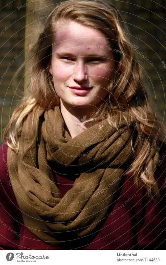 Berlin Portrait F#4b Porträt Frau Hochformat Sonne Schatten Licht lachen Fröhlichkeit Freundlichkeit