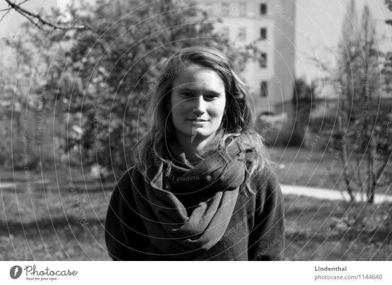 Berlin Portrait F#4a Frau Porträt natürlich Sommersprossen Schwarzweißfoto Schal Deutsch