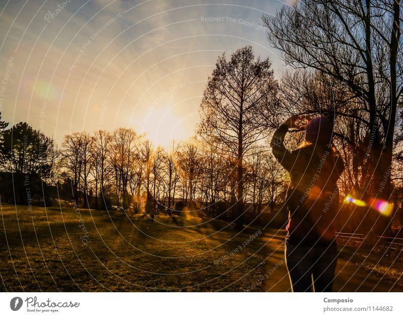 Frau liebt Sonnenuntergänge im Park Natur Erholung Freude Gefühle Glück orange Zufriedenheit frei Fröhlichkeit ästhetisch Lebensfreude Abenteuer Unendlichkeit