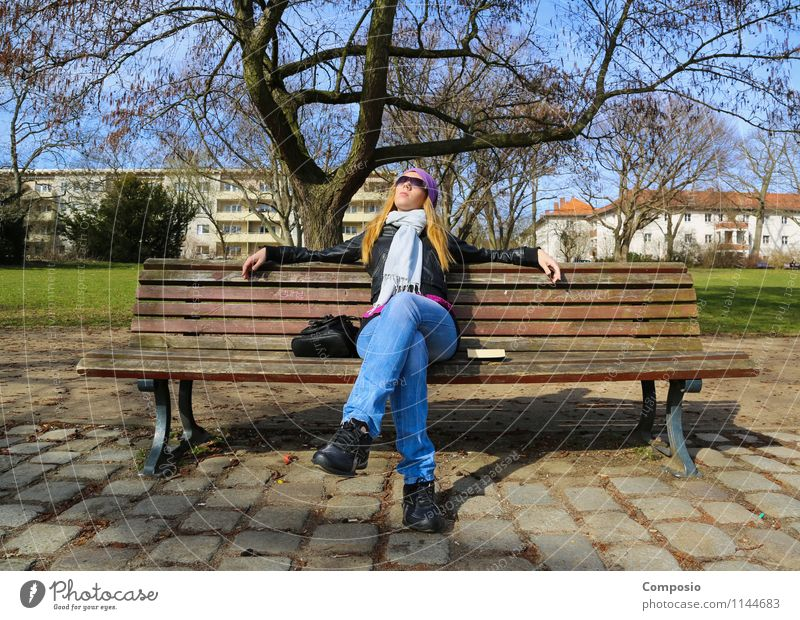 Frau genießt Sonne auf Parkbank Mensch Jugendliche Junge Frau Erholung ruhig Freude 18-30 Jahre Erwachsene Leben Frühling feminin Glück Stimmung