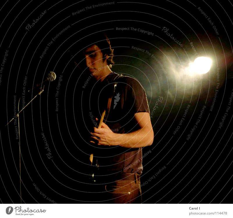 Im Rampenlicht IIII Mann schwarz dunkel Traurigkeit Musik Kunst Freizeit & Hobby Schnur Show Rockmusik Konzert Rauch Bühne Gitarre Starruhm Mikrofon