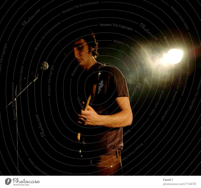Im Rampenlicht IIII Sänger Licht schwarz Bühne Schlagzeug Mikrofon Gesang Konzert Lied Rauchmaschine Show Hauptstimme Ständer singen dunkel rockig Rock 'n' Roll