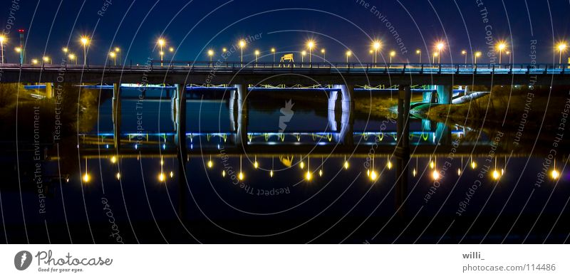 Brücke Wasser dunkel Wien Verkehrswege Lichtbrechung Donau Lichtermeer Donauinsel