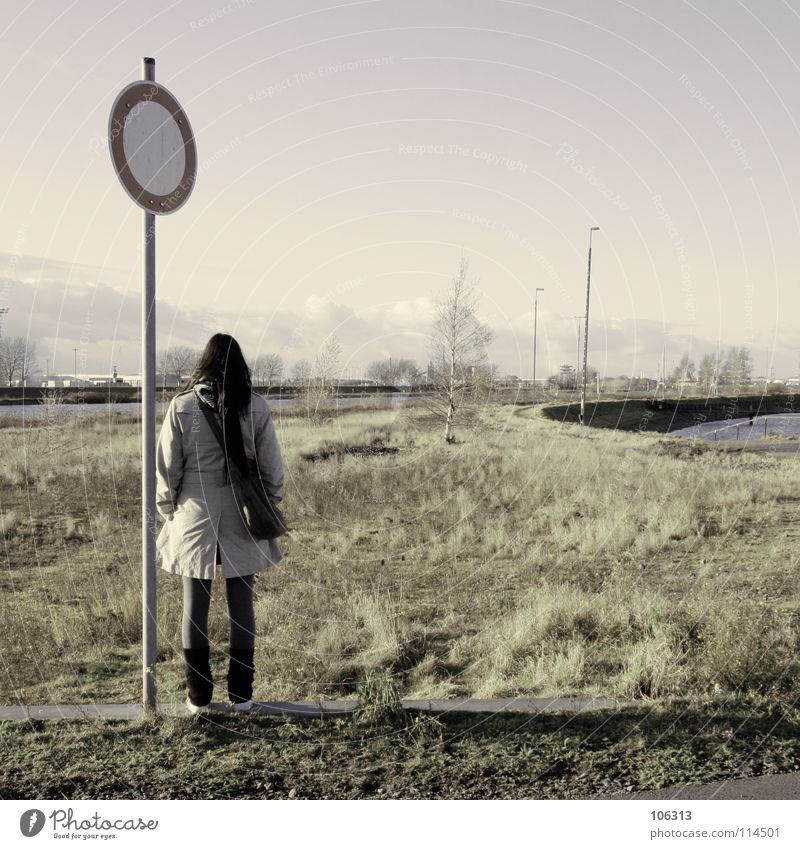 STEHEN GELASSEN Mensch Frau grün Wasser Einsamkeit Ferne Wiese Wege & Pfade Gras feminin Schilder & Markierungen stehen leer warten Hinweisschild geschlossen