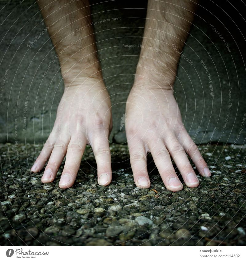 hands Hand Freude kalt Wand Mauer lustig Beton Finger berühren skurril Schweben Handstand