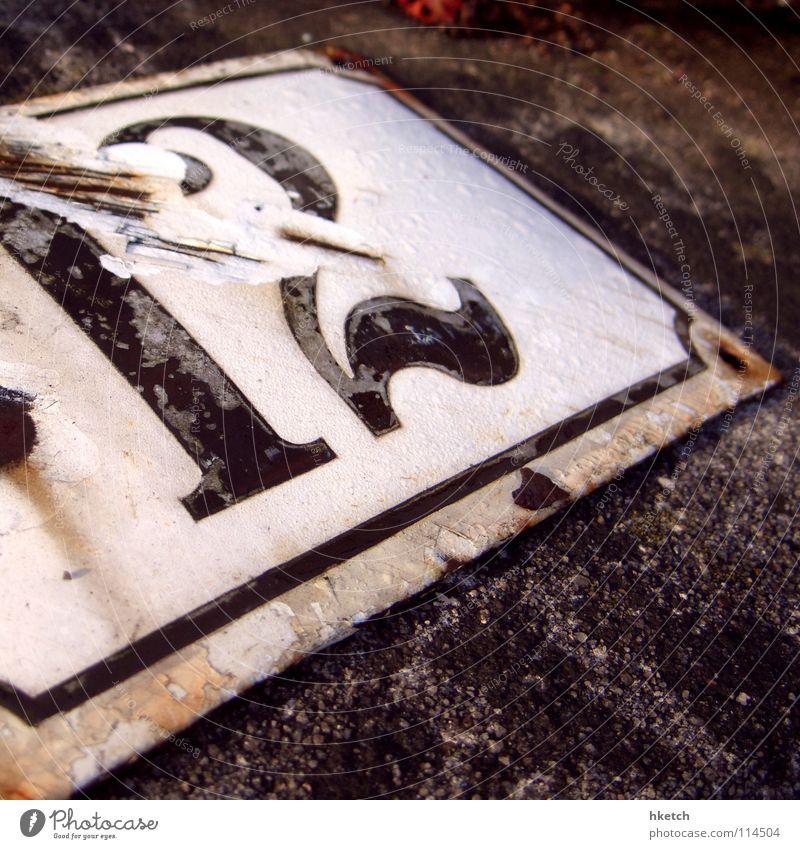 ZWÖLF (Adventskalenderhalbzeit) alt Winter kaputt Ziffern & Zahlen schäbig verwittert Anschnitt Bildausschnitt 12 Emaille Dezember Kratzer Hausnummer verkratzt