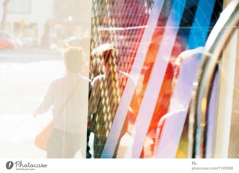 oberflächen kaufen Mensch Erwachsene Leben Menschengruppe Schönes Wetter Stadt Stadtzentrum Fenster Verkehr Verkehrswege Straßenverkehr Fußgänger Wege & Pfade