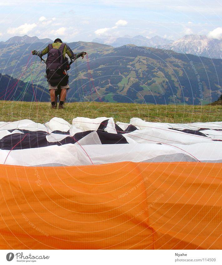 Ab in die Freiheit... Himmel springen Berge u. Gebirge Freiheit Luft fliegen Beginn Elektrizität Luftverkehr Freizeit & Hobby Konzentration Schweben Bergsteigen Abheben Fallschirm Gleitschirm