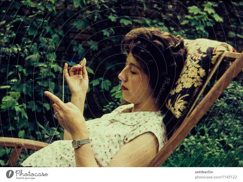 Handarbeit Mensch Frau grün Sommer Erholung ruhig Gesicht Garten Mode liegen Freizeit & Hobby Textfreiraum Finger Liege Vergangenheit