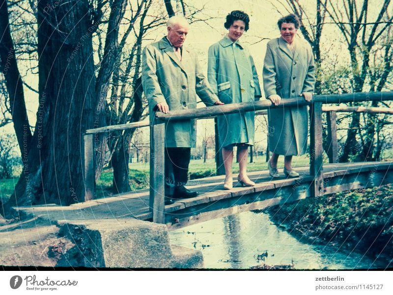 Friedrich, Ursel, Hedwig Mensch Natur Ferien & Urlaub & Reisen Landschaft Ferne Mode Familie & Verwandtschaft wandern stehen Textfreiraum Aussicht Brücke Fluss