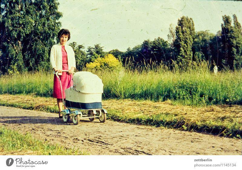 Mutter mit Kinderwagen Mensch Frau Kind Sommer Landschaft Mode Familie & Verwandtschaft Kindheit Baby Fotografie Kindheitserinnerung Spaziergang fahren Körperhaltung Vergangenheit Mutter