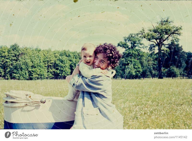 Mutter plus Kind Frau Landschaft Liebe lachen Mode Familie & Verwandtschaft Kindheit Fotografie Kindheitserinnerung Körperhaltung Vergangenheit Generation