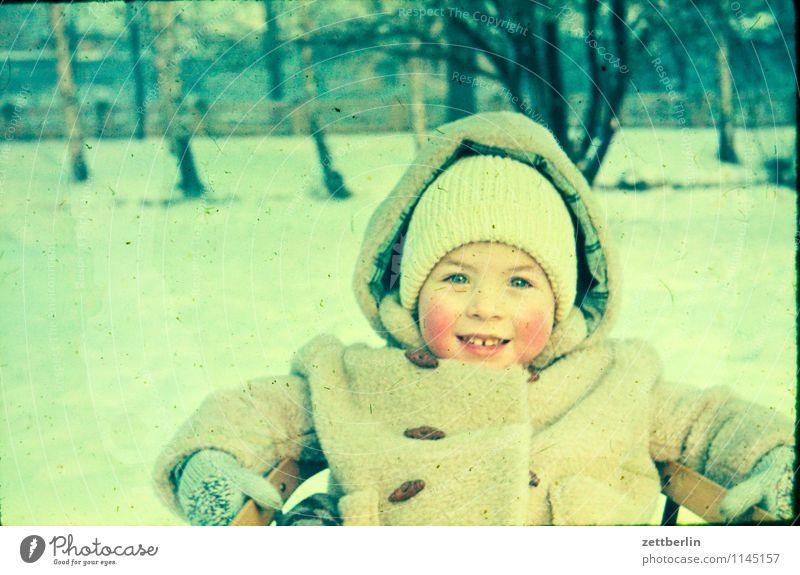 Lutz, Winter 1963 Kind Landschaft kalt Gesicht Schnee Mode Familie & Verwandtschaft Kindheit sitzen Textfreiraum Kindheitserinnerung Körperhaltung Vergangenheit