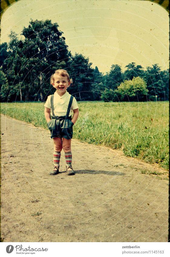1963 Mensch Kind Natur Ferien & Urlaub & Reisen Landschaft Freude Gesicht Junge lachen Familie & Verwandtschaft Mode wandern stehen Textfreiraum Aussicht