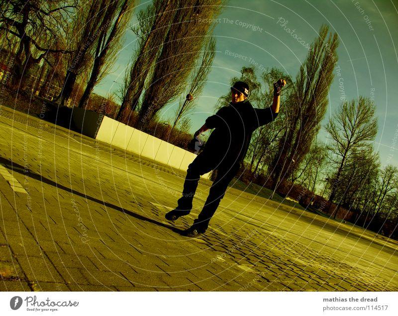 HACK I Fußtritt treten Spielen anstrengen Luft Park Sonnenlicht dunkel Konzentration Baum Mann maskulin fangen Trick Stil Jugendkultur neu Freude Ballsport hack