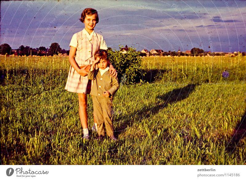 Eva und Lutz Mensch Frau Kind Landschaft Mädchen Wiese Gras Junge Familie & Verwandtschaft Mode Horizont Feld Idylle Kindheit Fotografie Kindheitserinnerung