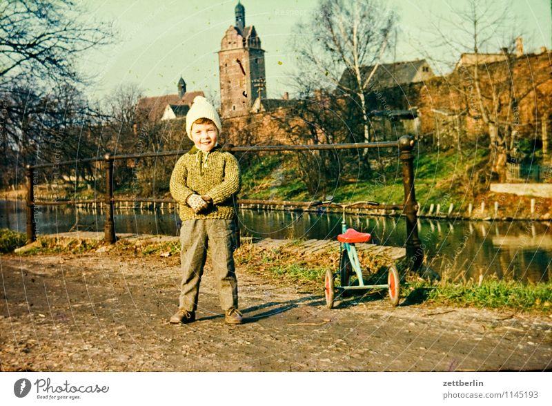 Kind neben Dreirad Stadt Landschaft Junge Familie & Verwandtschaft Mode Kindheit Fotografie Kindheitserinnerung Körperhaltung Vergangenheit Spielzeug Fahrzeug