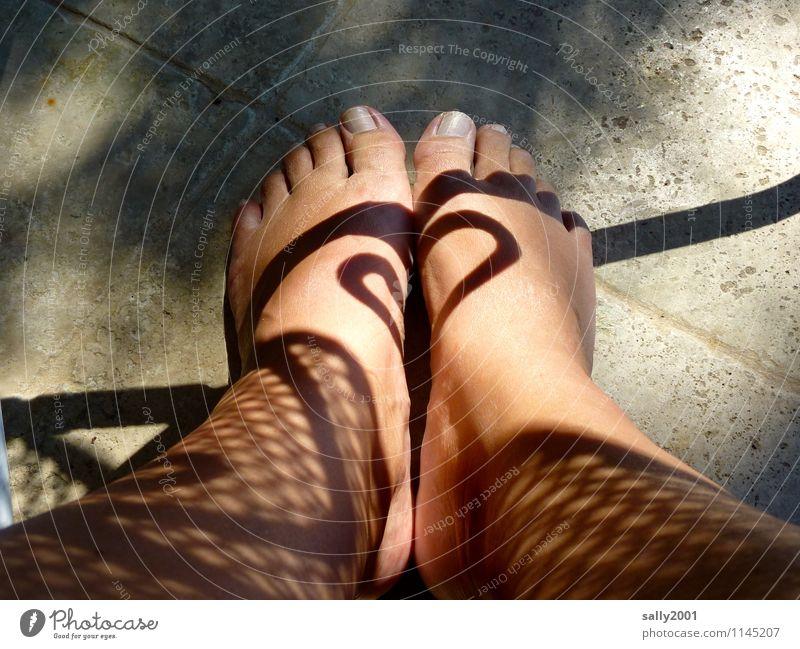 Sonne statt Tattoo... Mensch Frau nackt schön Erwachsene feminin außergewöhnlich Beine Fuß Design leuchten ästhetisch fantastisch Herz Schönes Wetter