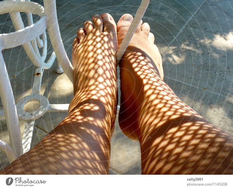 Bodypainting... Tisch Mensch feminin Haut Beine Fuß 1 Erholung ästhetisch exotisch Muster Pflasterweg Schattenspiel Tattoo bemalt Netz Netzstrümpfe Farbfoto